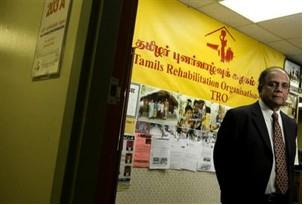 Aaron Lynett / National Post - Raj Gunnathan, Präsident und Koordinator der Tamilischen Rehabilitationsorganisation in Kanada stellt sich in seinem Büro im oberen Stockwerk des Liberty-Square-Einkaufszentrums an der Eglinton und Kennedy Straße in Position